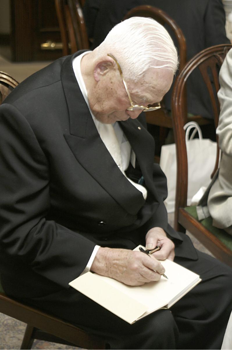 希望に応じて『念ずれば現ずる』にサインする鈴木会長